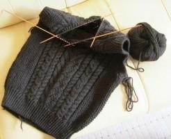 手編みの編みかけベスト