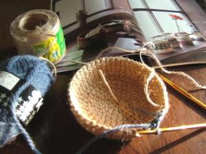 麻ひもの手編みカゴ、製作中