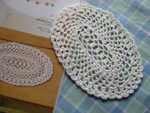 レース編みの楕円形ドイリー