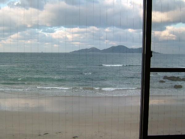 玄海旅館の部屋の大きな窓から