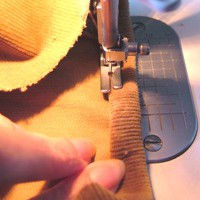 裾を三つ折りにしてミシンで縫う