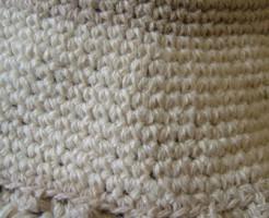 細編みの手編み帽子のふち編み、アップ
