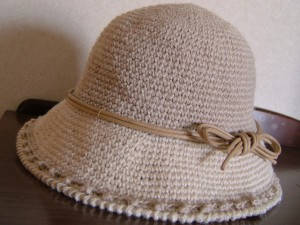手編み帽子、リボンをつけて完成