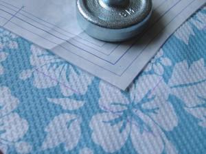 布に型紙を置き、縫い代の線を引いたところ