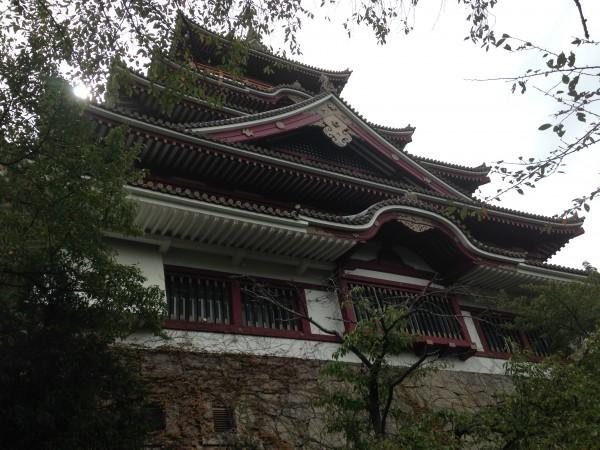 伏見桃山城の天守を見上げる