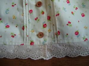 キャミソールの裾に縫い付けたところ